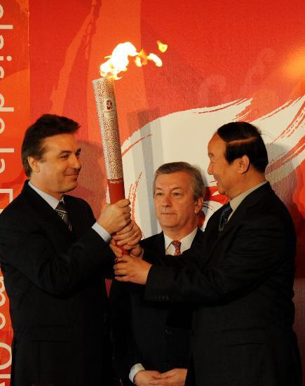 图文-北京奥运圣火在巴黎传递 蒋效愚交接火炬
