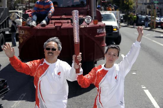 图文-北京奥运圣火在旧金山传递 李孟贤手持火炬
