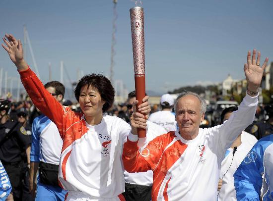 图文-北京奥运圣火在旧金山传递 火炬手郎平很高兴