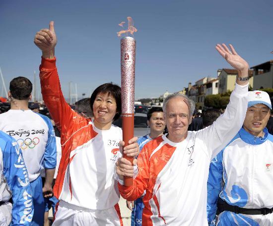 图文-北京奥运圣火在旧金山传递 郎平竖起大拇指