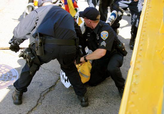 图文-奥运圣火在旧金山传递 当地警方制服