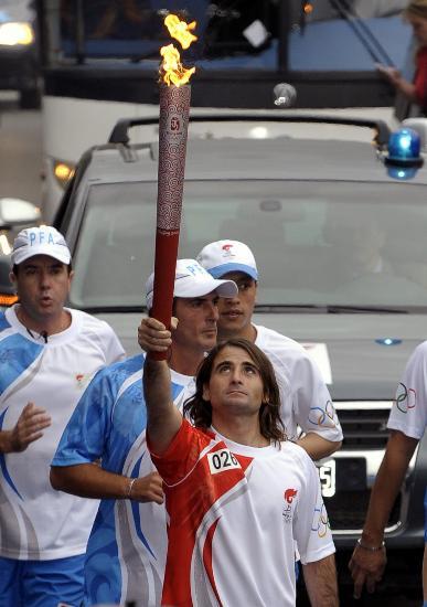 图文-圣火在布宜诺斯艾利斯传递 孔特神情望火炬