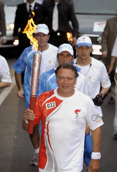 图文-圣火在布宜诺斯艾利斯传递 劳伦斯手持火炬