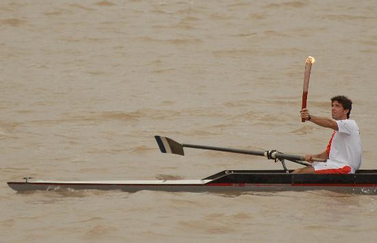 图文-圣火在布宜诺斯艾利斯传递 划赛艇传递圣火