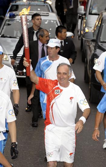 图文-圣火在布宜诺斯艾利斯传递 埃吉传递火炬