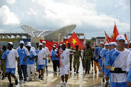 图文-奥运火炬在达累斯萨拉姆传递 蓝天白云迎圣火