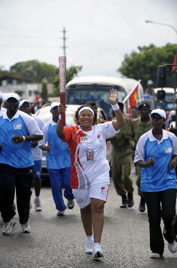 图文-奥运火炬在达累斯萨拉姆传递 手持火炬致意