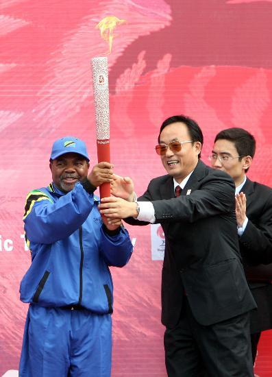 图文-圣火在达累斯萨拉姆传递 刘敬民与副总统交接