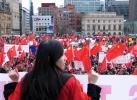 图文-加拿大华侨华人支持北京奥运 广场上的国旗