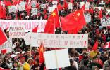 图文-加拿大华侨华人支持北京奥运 打出大幅标语