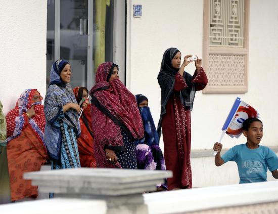 图文-圣火传递活动在马斯喀特举行 当地居民迎接