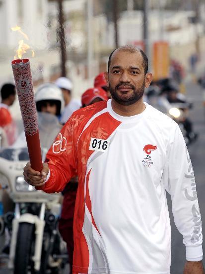 图文-圣火传递活动在马斯喀特举行 苏莱曼手持火炬