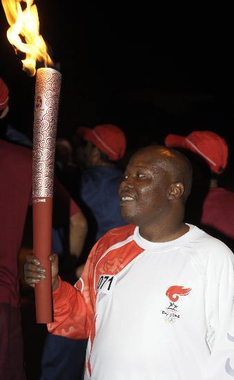 图文-圣火传递活动在马斯喀特举行 马塔尔开心笑容