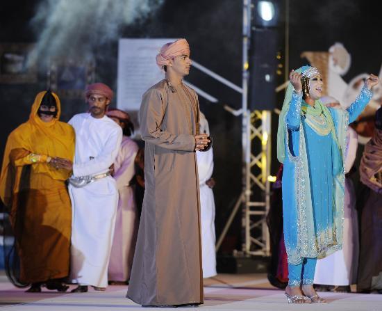 图文-圣火传递活动在马斯喀特举行 演员精彩演出