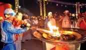 图文-圣火传递活动在马斯喀特举行 点燃圣火盆