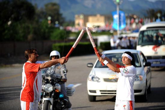 图文-奥运圣火在伊斯兰堡传递 火炬手进行交接