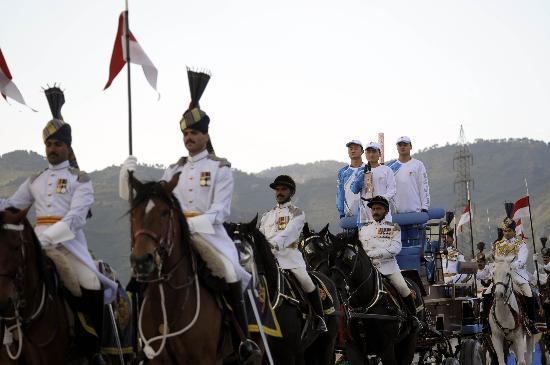 图文-北京奥运圣火在伊斯兰堡传递 特色的民族风情
