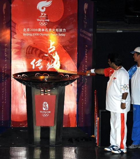 图文-北京奥运圣火在伊斯兰堡传递 值得纪念一刻