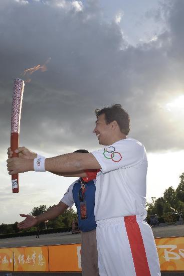 图文-北京奥运圣火在伊斯兰堡传递 罗照辉手持火炬