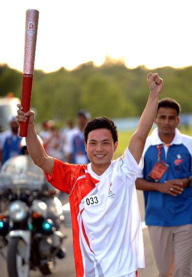 图文-北京奥运圣火在伊斯兰堡传递 黄飞鸿第六代弟子