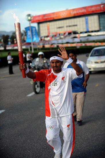 图文-奥运圣火在伊斯兰堡传递 穆达萨持火炬传递
