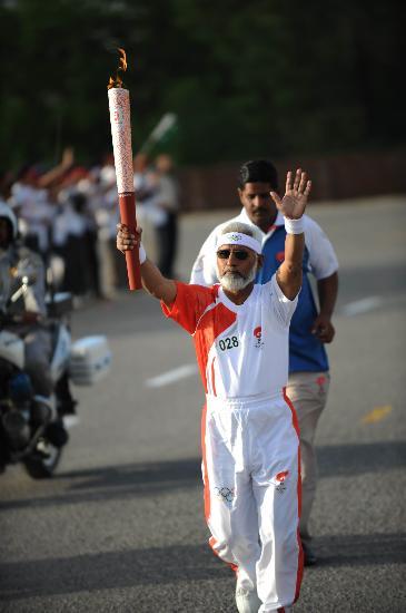 图文-奥运圣火在伊斯兰堡传递 阿卜杜勒脚步坚定