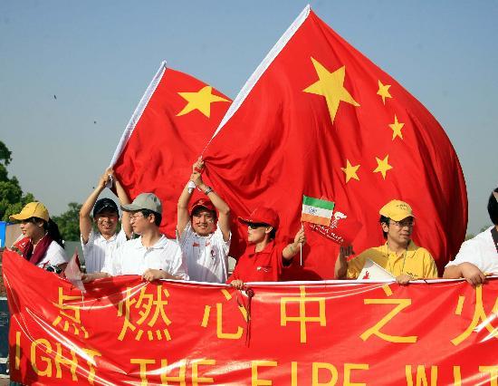 图文-北京奥运圣火在新德里传递 激情点燃心中火焰