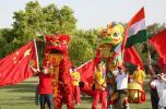 图文-北京奥运圣火在新德里传递 华人华侨助威