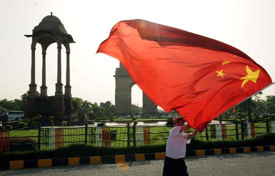 图文-北京奥运圣火在新德里传递 五星红旗飘扬
