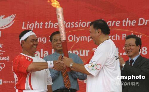图文-奥运圣火在吉隆坡传递 市长亲自转交火炬