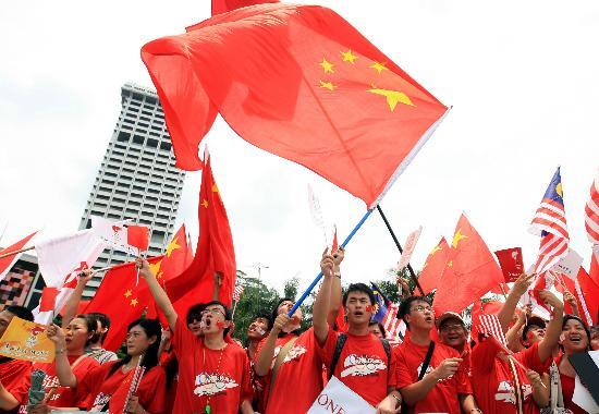 图文-奥运圣火在吉隆坡传递 五星红旗飘扬迎圣火