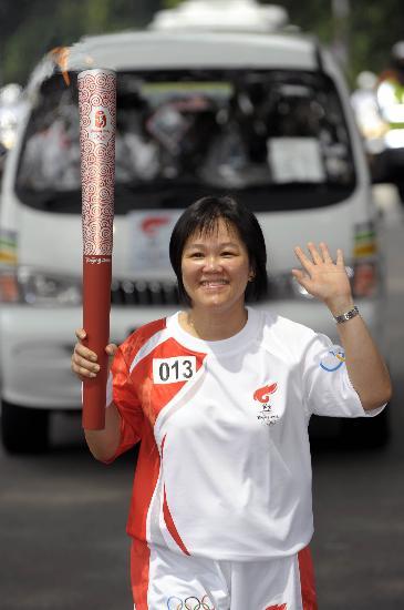 图文-奥运圣火在吉隆坡传递 火炬在手很幸福开心