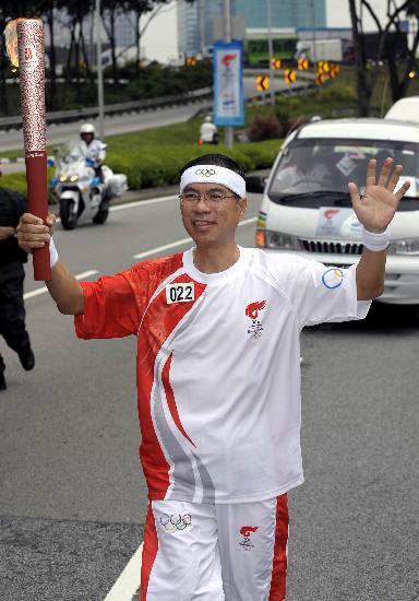 图文-北京奥运圣火在吉隆坡传递 神情充满自豪