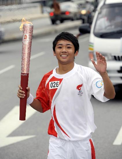 图文-北京奥运圣火在吉隆坡传递 洛马手持火炬