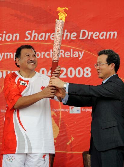 图文-北京奥运圣火在吉隆坡传递 同举点燃的火炬