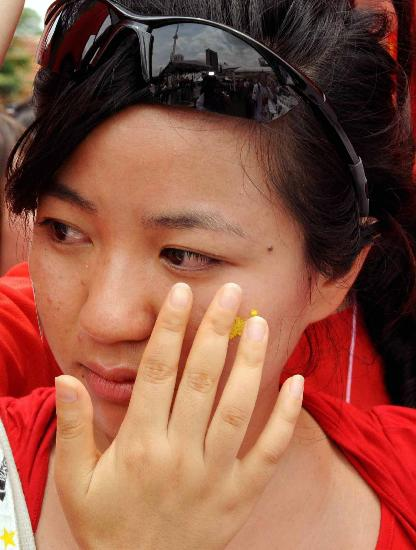 图文-北京奥运圣火在吉隆坡传递 观众流下激动眼泪