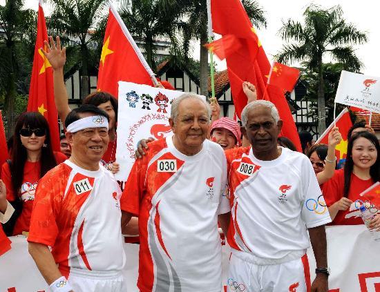图文-北京奥运圣火在吉隆坡传递 火炬手合影留念