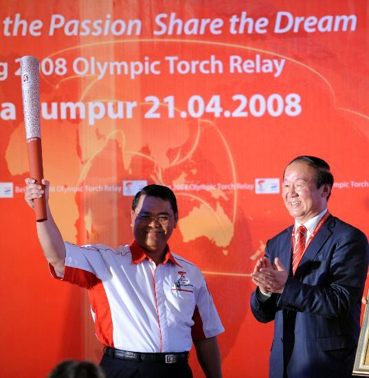 图文-北京奥运圣火在吉隆坡传递 庆典现场高举火炬