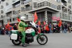 图文-全球华人护圣火柏林游行 游行队伍秩序井然