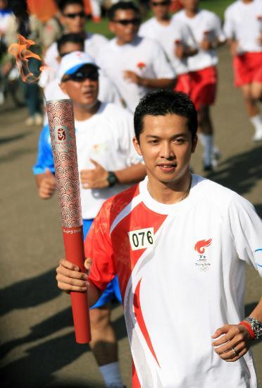 图文-奥运圣火在印尼雅加达传递 陶菲克手持火炬