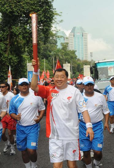 图文-奥运圣火在印尼雅加达传递 手举火炬很高兴