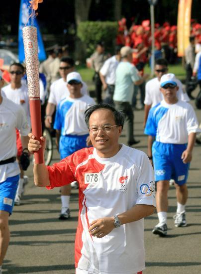图文-奥运圣火在印尼雅加达传递 驻印尼大使兰立俊