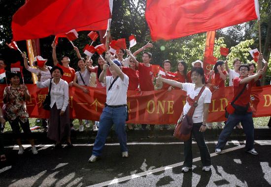 图文-奥运圣火在印尼雅加达传递 群众沿途加油