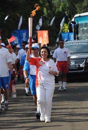 图文-奥运圣火在印尼雅加达传递 印尼奥委会主席