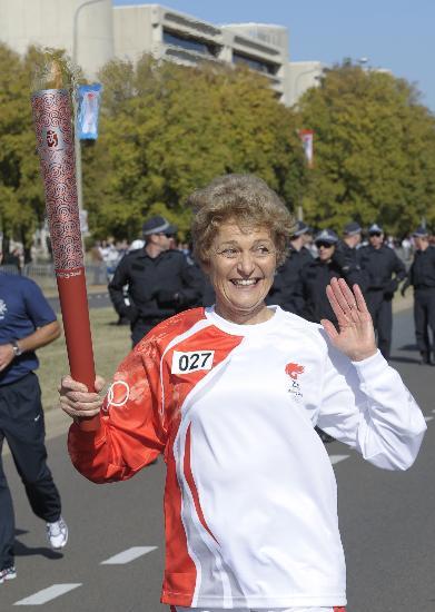 图文-奥运圣火在堪培拉传递 亲切向观众挥手致意