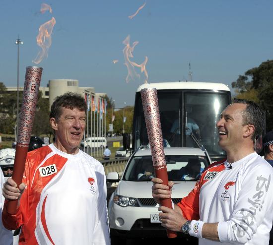 图文-奥运圣火在堪培拉传递 火焰交汇瞬间感受喜悦