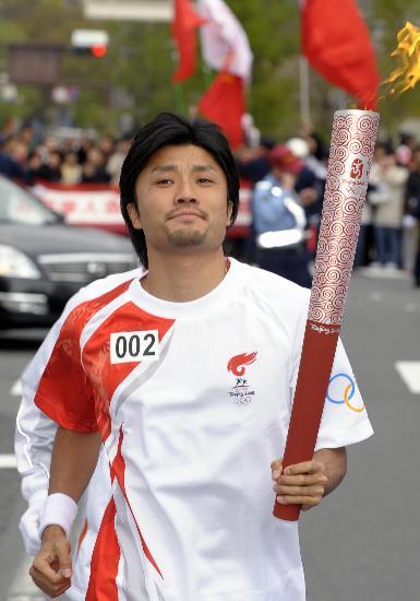 图文-北京奥运会火炬在长野传递 末续慎吾在传递中