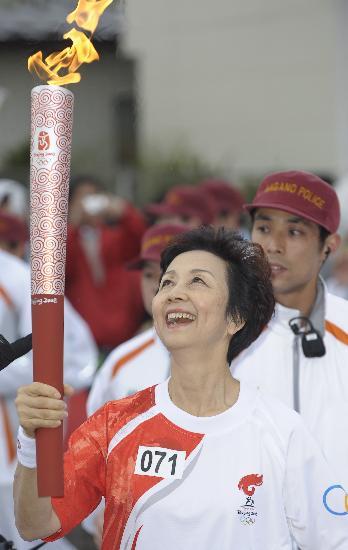 图文-北京奥运会火炬在长野传递 笑看圣火燃烧