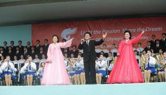 图文-北京奥运会火炬在平壤传递 演唱《爱我中华》