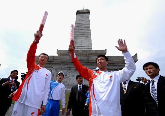 图文-北京奥运会火炬在平壤传递 驻朝大使展示火炬